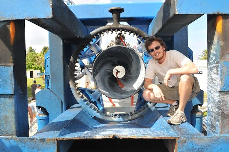 Zach Dunn com o motor Merlin que impulsionou o bem sucedido quarto voo do foguete Falcon 1