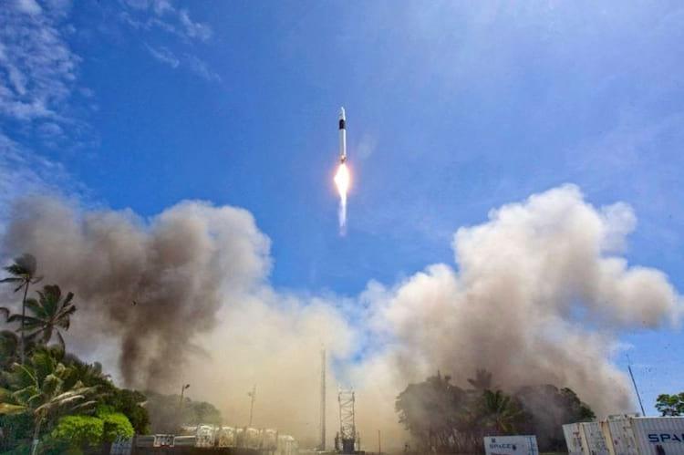 O Falcon 1 sobe em direção ao espaço em seu quarto e decisivo voo