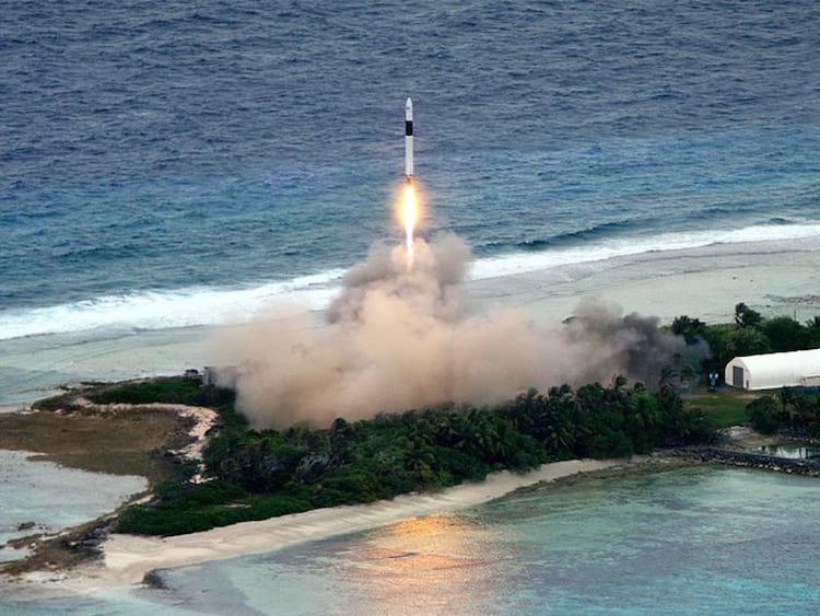 Primeirovoo comercial da SpaceXocorreu em julho de 2009 ao levar o satéliteRazakSAT