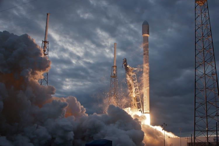 Em 2014 a SpaceX já colocava seus satélites em órbita com o Falcon 9, equipado com 9 motores
