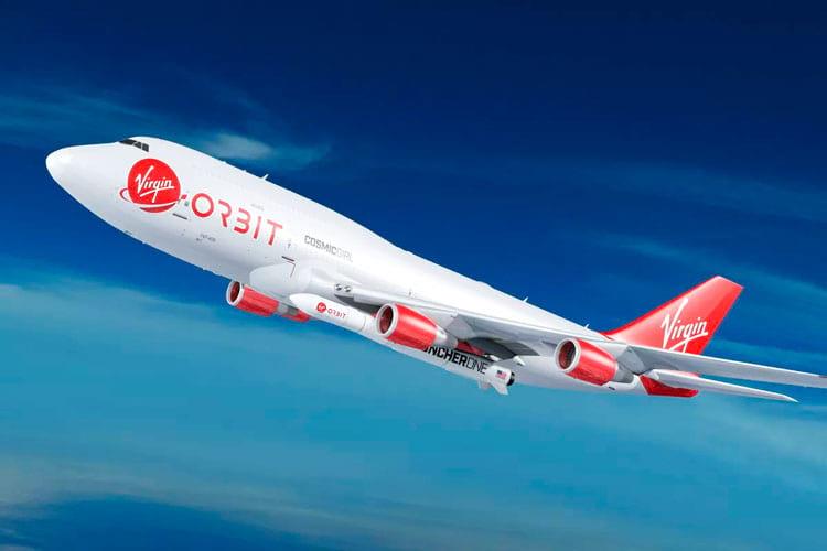 Embaixo da asa do Boeing 747 viaja o foguete com a carga útil a ser colocada em órbita