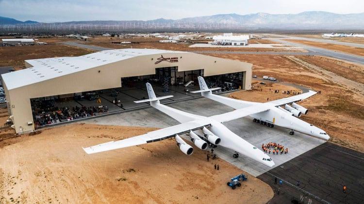 No modelo da Stratolaunch um foguete irá acoplado entre os 2 Boeing 747