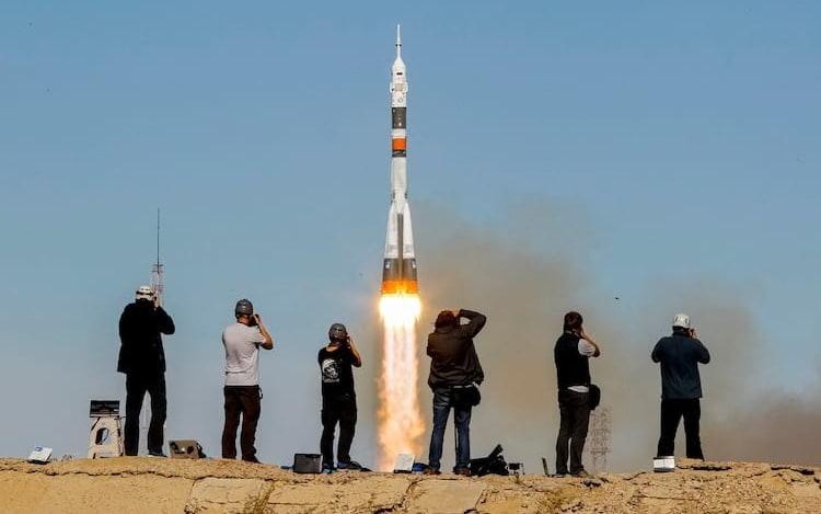 Nave Soyuz com dois astronautas precisa fazer pouso de emergência.