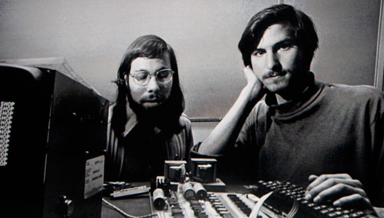 Woz e Jobs no desenvolvimento do Apple I, alguns anos depois