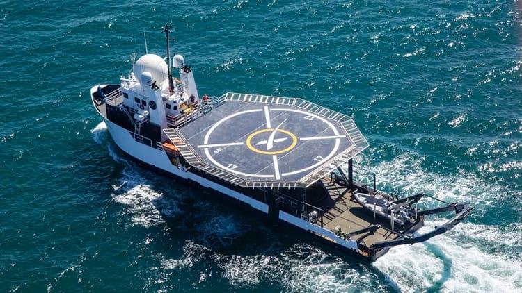 Barco da SpaceX com heliporto trará astronautas com segurança.
