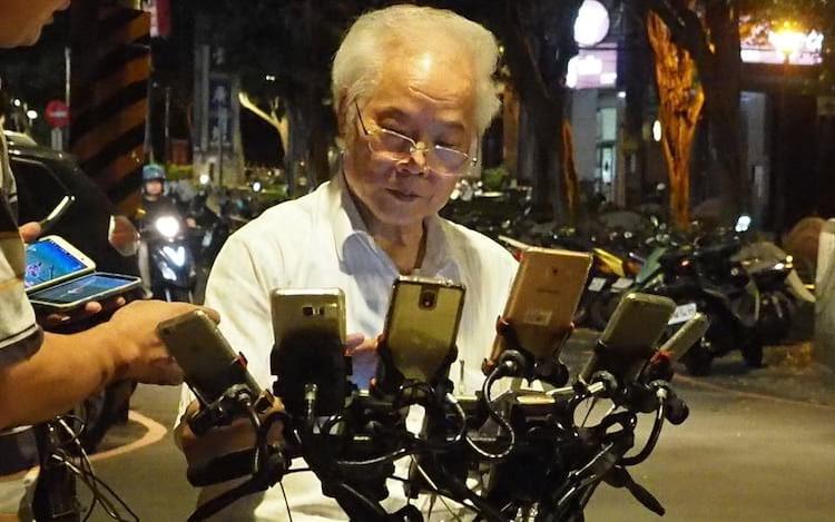 O vizinho do vovô caçador de pokémons disse que após a abordagem a rua se tornou uma grande atração.