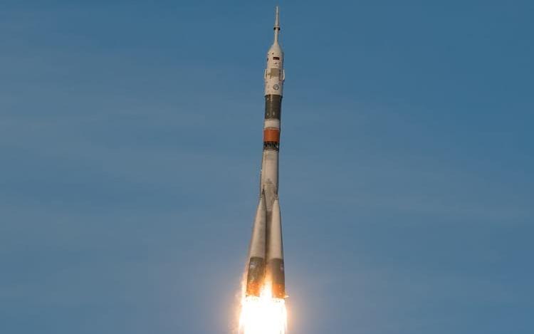 Após voo fracassado, três astronautas são lançados com sucesso ao espaço.