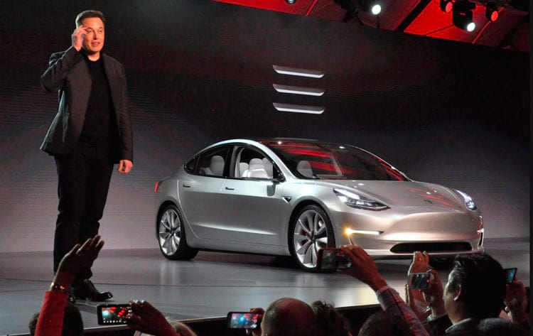 Musk apresenta o Model 3 para a imprensa