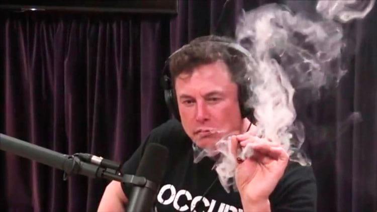 O polêmico vídeo em que Musk fuma maconha e que causou tantos problemas a ele