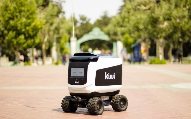 Robô responsável por entrega de comida pega fogo do nada.
