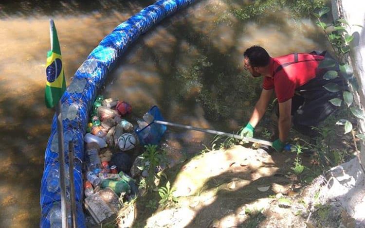 Diego Saldanha coletando o lixo acumulado