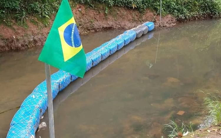 Brasileiro cria ecobarreira para despoluir rio que passa ao lado de sua casa. (Foto/Facebook)