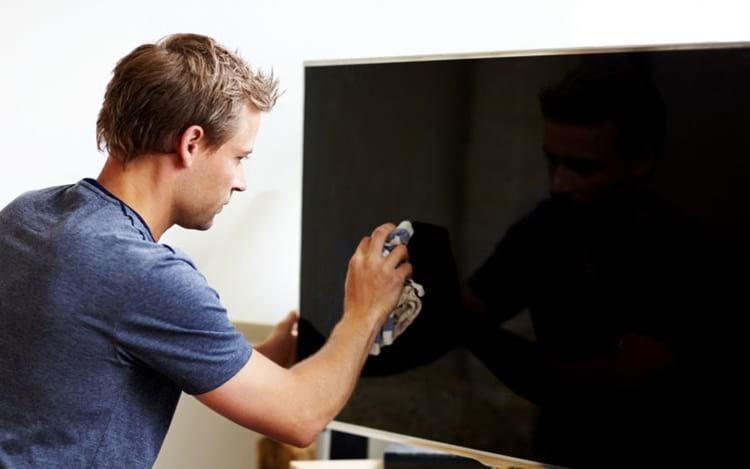 Como limpar corretamente a tela da sua TV ou monitor?