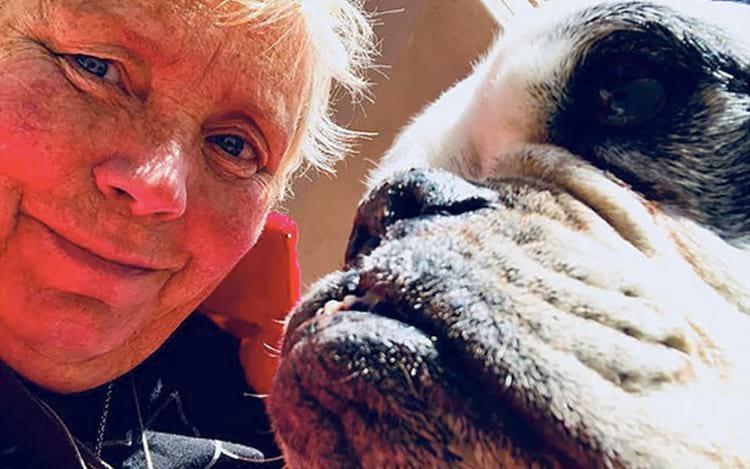 Linda Beenau, fundadora e diretora do Wonder Dog Rescue, com Clara Grace.