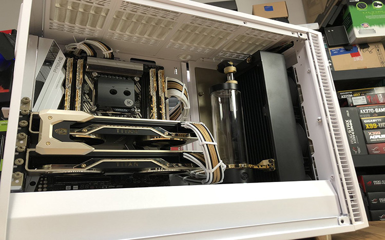 """Gold Build"" PC do YouTuber JayZTwoCents com Sleeve em branco, preto e dourado."