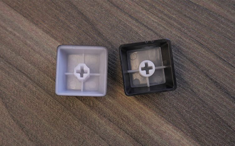 Keycap a Laser do BlackWidow na esquerda e Keycap DS do Dark Avenger na direita