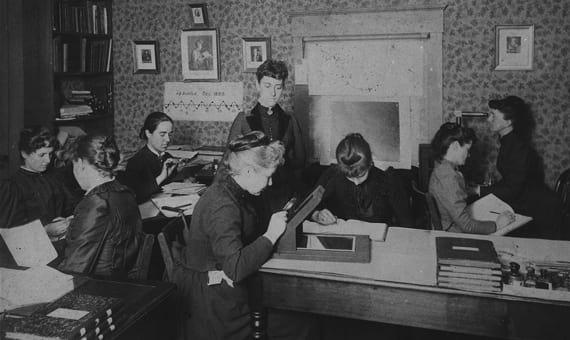 Williamina Fleming e demais astrônomas trabalhando.