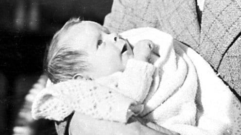 Stephen ainda bebê, nos braços de seu pai Frank.
