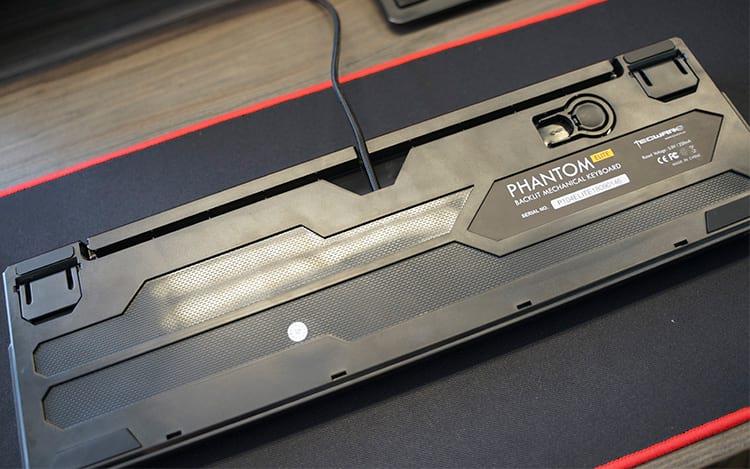 Parte inferior do teclado com cable routing e o puller incluso