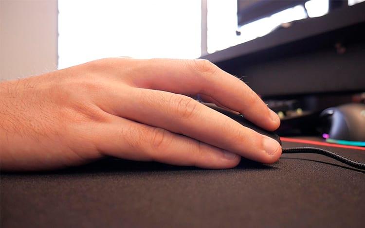 Dedos sobrepostos no lado direito do mouse