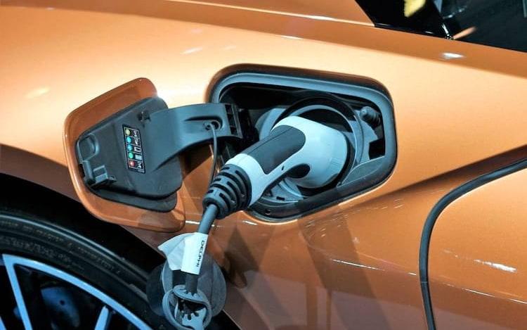 Startup afirma que criou bateria de carro elétrico com 600 milhas de alcance .