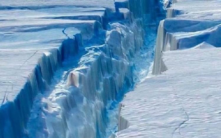 Icerberg gigantesco está se separando da Antártida.
