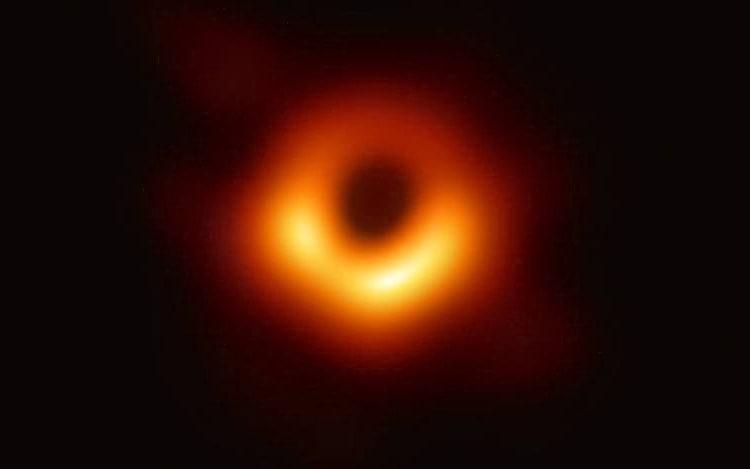 Astrônomos revelam primeira imagem de buraco negro já feita.