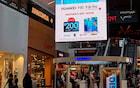 Olha esse banner que a Huawei colocou em cima da loja da Samsung na Austrália