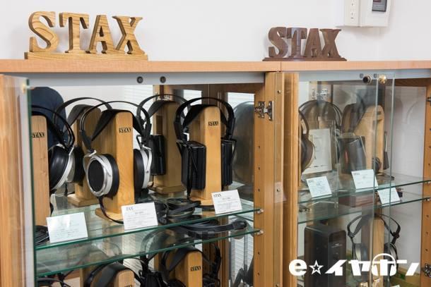 Estande de fones da Stax em sua fábrica