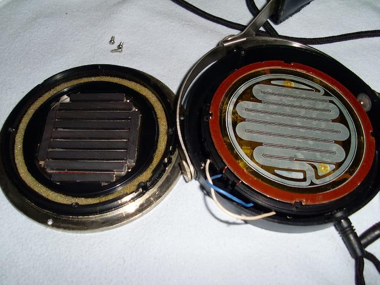Driver planar magnético - A esqueda os imãs e a direita o diafragma com os fios condutores
