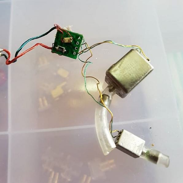 Crossover ao lado esquerdo (verde), duas armaduras balanceadas (a maior para graves e médios e a menor para agudos), filtros dentro dos tubos de plastico (pequenos cilindros)