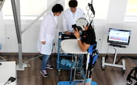 Pesquisa brasileira faz com que dois paraplégicos consigam andar novamente