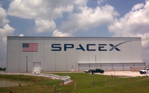 CEO da SpaceX mostra os primeiros satélites Starlink à bordo do Falcon 9