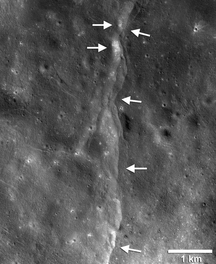 Imagem captada pela espaçonava LRO mostra falha formada pela compressão da Lua. A superfície do satélite se quebra com o encolhimento e um pedaço é empurrado sob o outro, formando uma espécie de degrau.