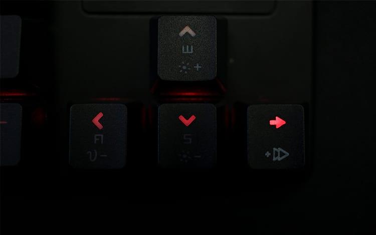 Keycap do Phantom Elite na direita enquanto que as outras são as originais do teclado