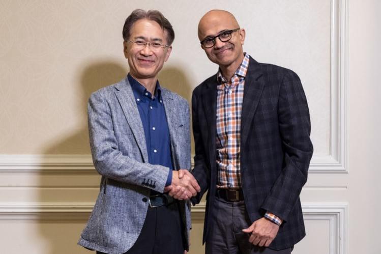 Satya Nadella, CEO da Microsoft ,a direita e esquerda Kenichiro Yoshida, CEO da Sony