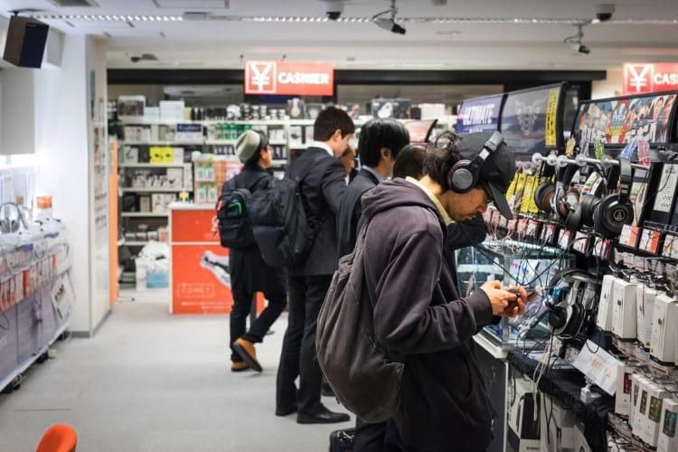 Loja dedicada a áudio portátil no bairro Akihabara em Tóquio, Japão