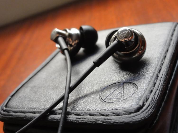 Fone in-ear Audio Technica ATH-CKM99 que possui uma house feita em Titânio