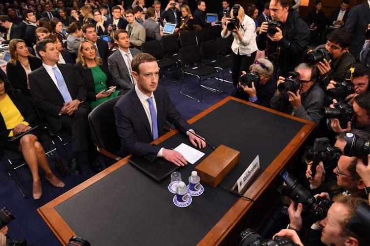 O CEO do Facebook, Mark Zuckerberg, em audiência no Senado americano, durante investigações do caso Cambridge Analytica (Fonte/Source: canaltech.com.br )