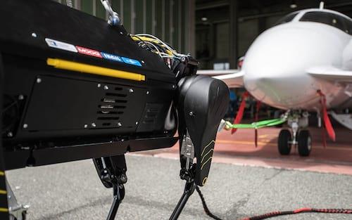 Robô cachorro consegue puxar avião com mais de 3 toneladas