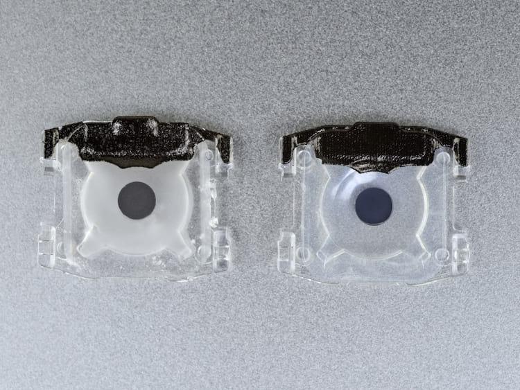 Material das capas que ficam sobre a membrana de proteção das teclas - A esquerda temos a versão antiga e a direita a nova