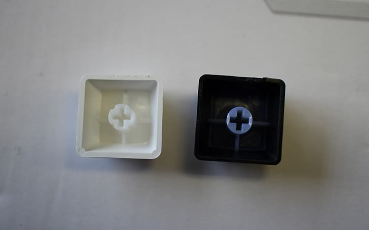 Keycap ANNE Pro 2 na esquerda vs Phantom Elite na direita