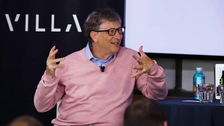 Bill Gates dá entrevista em um evento da Village Global.