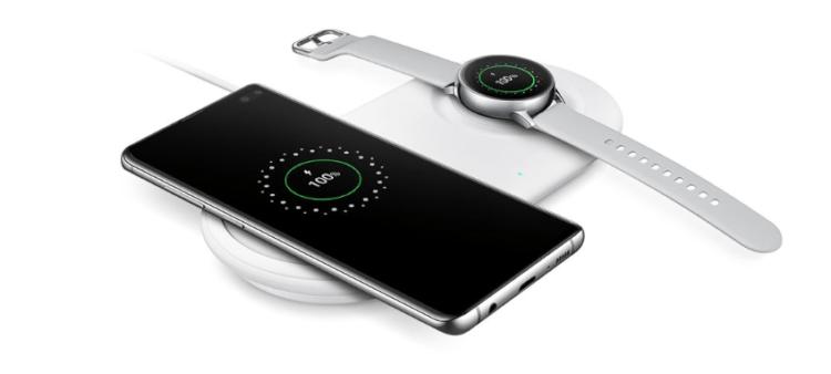 Vaza imagem de um carregador wireless com suporte para o Galaxy Note 10 e o Watch 2.