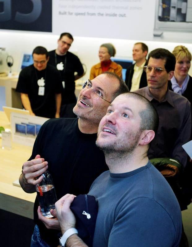 Steve Jobs e Jonathan Ive.