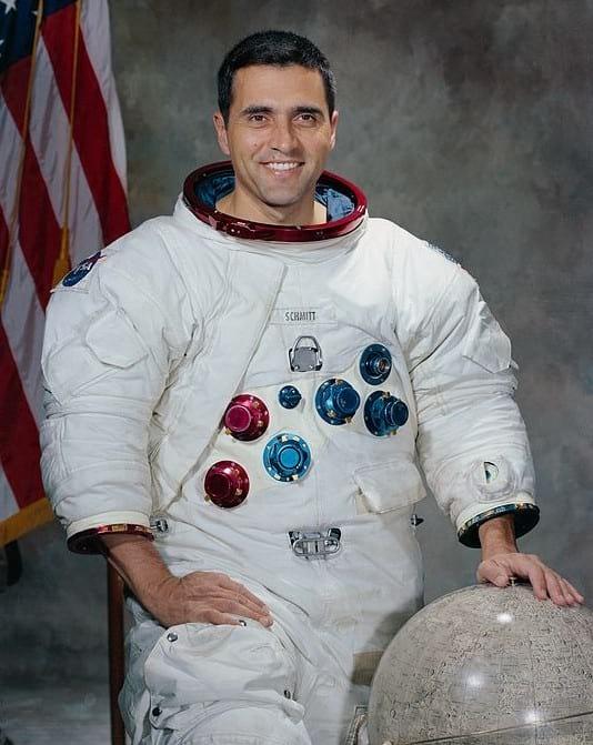 Harrison Schmitt, um dos astronautas a participar da missão Apollo 17 e que relatou ter tido crise alérgica em contato ao pó lunar.