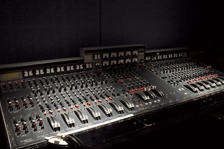 Mesa de mixagem EMI TG12345 na sala Studio 3 no complexo Abbey Road Studios - Foto por/Photo by: soundonsound