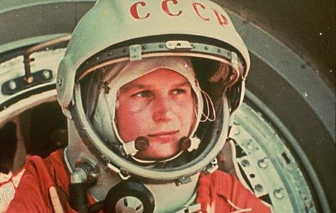 A cosmonauta soviética Valentina Tereshkova oi a primeira mulher a ir para o espaço, quando ela participou da missão Vostok 6, em 16 de junho de 1963.