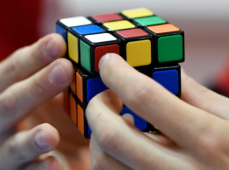 O ser humano que conseguiu resolver o cubo mágico mais rapidamente precisou de 30 movimentos.