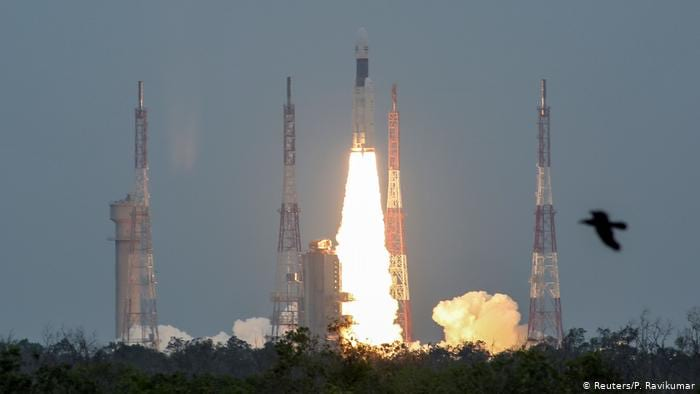Decolagem do foguete GSLV Mark 3, levando a sonda Chandrayaan-2